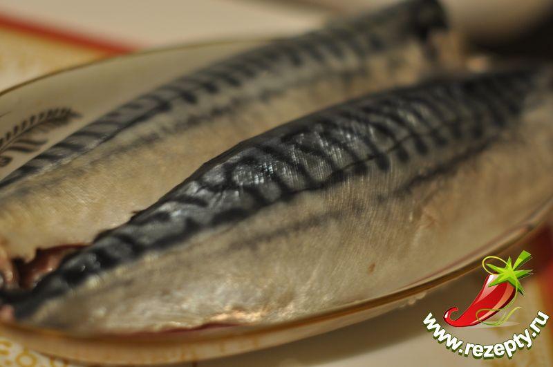 Разрезать брюшко рыбы, вынуть внутренности, кости, промыть, обсушить