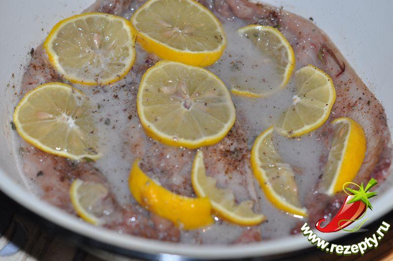 Полить маринадом рыбу, полностью покрыв филе (можно долить немного холодной питьевой воды)