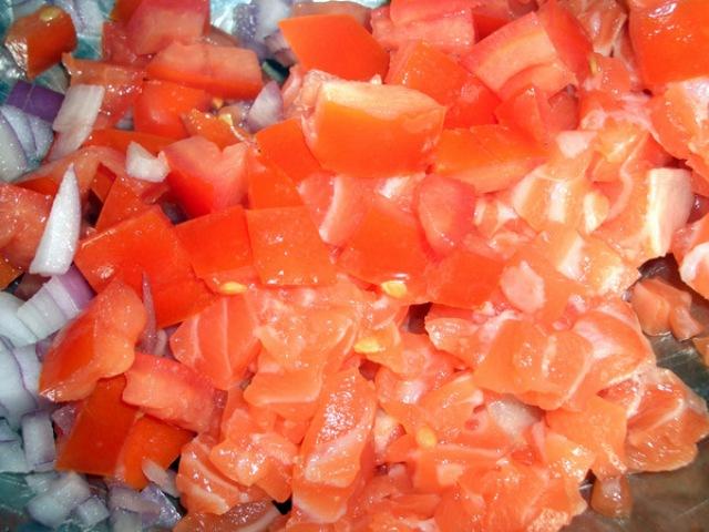 Смешиваем рыбу с овощами