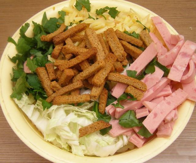 Салат с пекинской капустой и сухариками и кукурузой и колбасой и