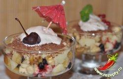 Десерт из мороженого и фруктов