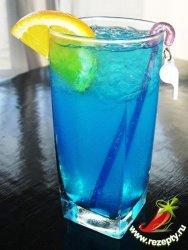 """коктейль  """"Голубая лагуна """" (Blue Lagoon).  Яркий напиток со льдом."""