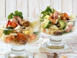 Простой рецепт приготовления салата из морского коктейля