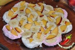 На орехи выложить кусочки фруктов