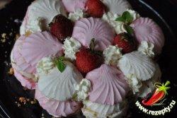 Слои повторить, верх торта выложить верхушками зефира, украсить взбитыми сливками и фруктами