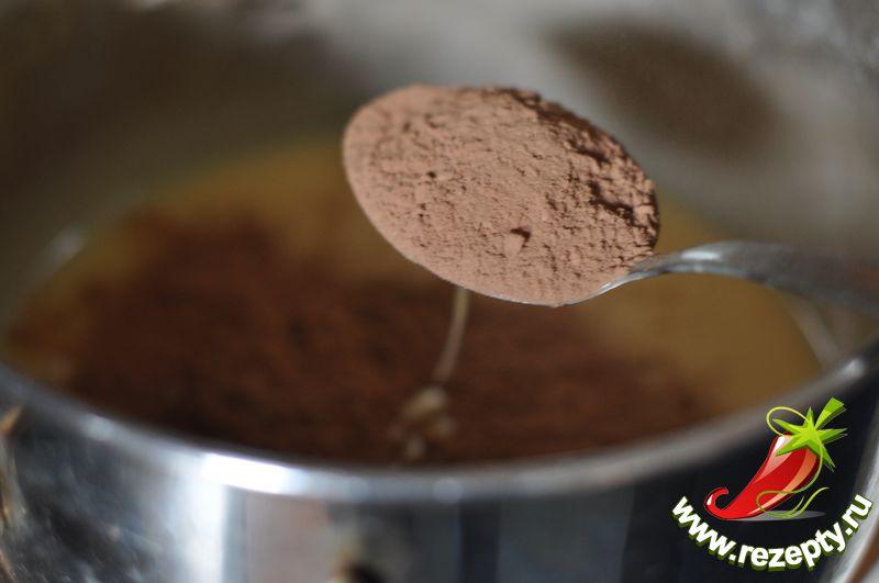 Разделить тесто пополам, в одну половину всыпать какао, перемешать