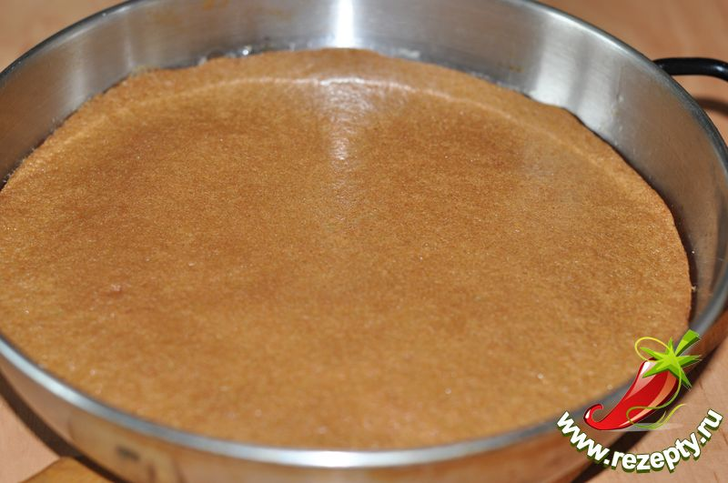 Выпечь один светлый корж (при 180С 35 минут в смазанной форме)