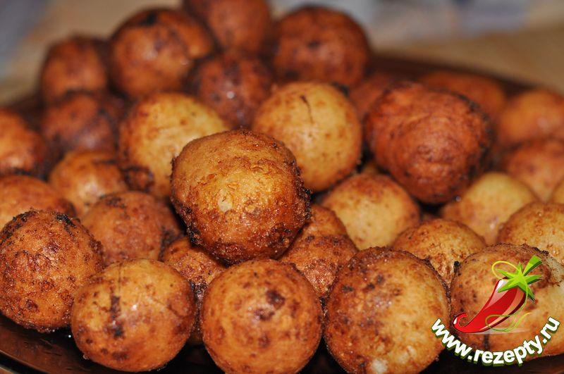 Готовые пончики вынуть из масла, выложить на салфетку, чтобы впитался лишний жир