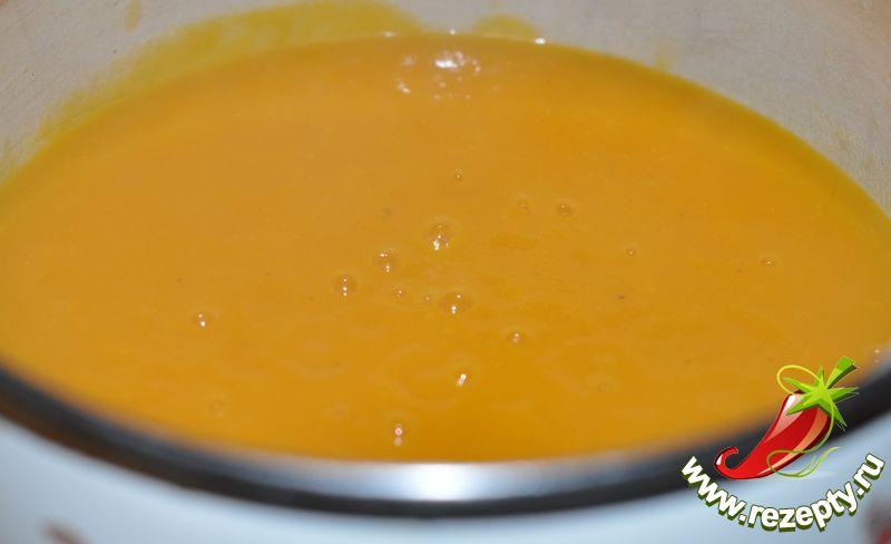 Овощи измельчить до консистенции пюре, поставить на огонь, развести необходимым количеством бульона, посолить, добавить мускатный орех, довести до кипения