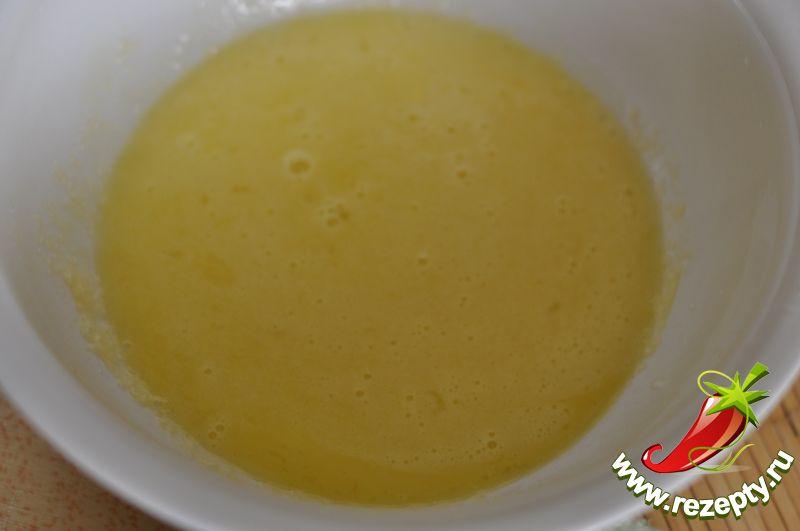 Для приготовления теста яйца взбить с сахаром, добавить размягчённое масло