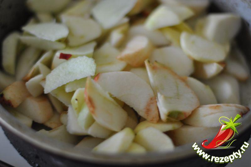 Яблоки очистить от кожуры, нарезать дольками, выложить в растопленное масло с сахаром