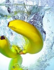 Заливной рулет с бананом и клубникой