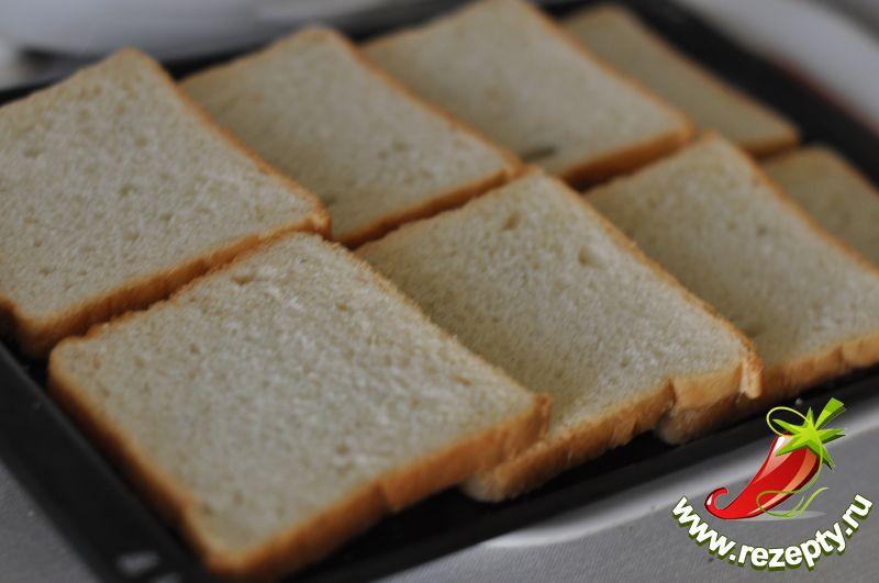 В смазанную форму выложить тонко нарезанные кусочки хлеба
