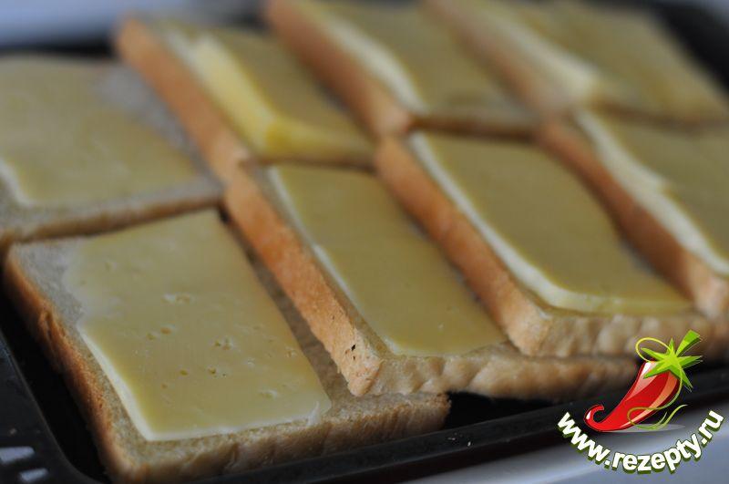 На каждый кусочек хлеба положить пластинку сыра