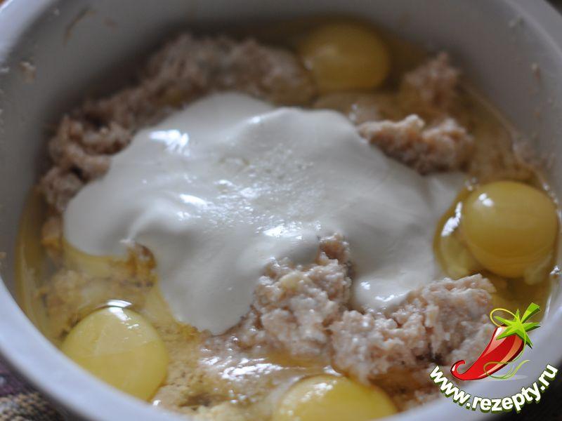 Добавить яйца и сметану