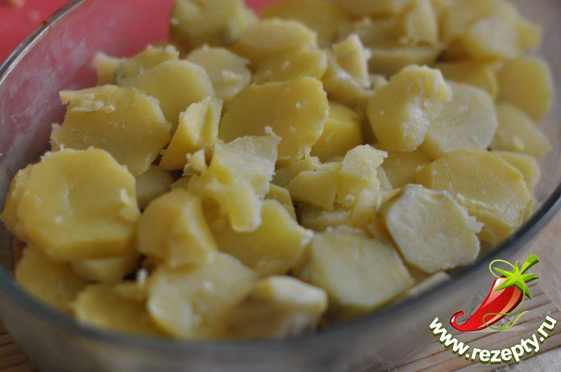 Затем выложить слой картофеля