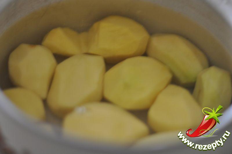 Картофель очистить, отварить в подсоленной воде до полуготовности