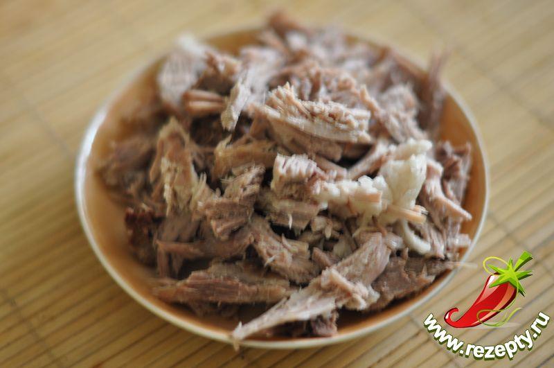 Мясо остудить, нарезать небольшими кусочками
